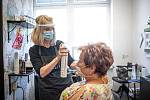 Znovuotevřené kadeřnictví KA, 11. května 2020 v Ostravě. Kadeřnice Andrea Kotalová obsluhuje zákaznici.
