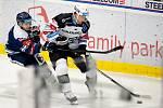 Utkání 8. kola hokejové extraligy: HC Vítkovice Ridera - HC Energie Karlovy Vary, 9. října 2020 v Ostravě. (zleva) Jan Schleiss z Vítkovic a Dominik Graňák z Karlových Varů.