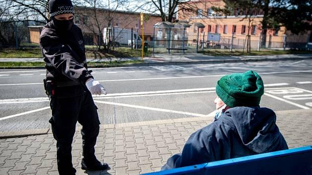 Ostravští strážníci mimo jiné kontrolují, zda lidé dodržují nařízení o zakrývání úst a nosu.