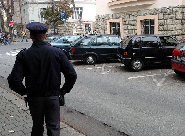 Policista hlídá vykradené auto