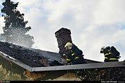 Zásah hasičů u pátečního ranního požáru sedlové střechy staršího rodinného domku v centru Klimkovic.
