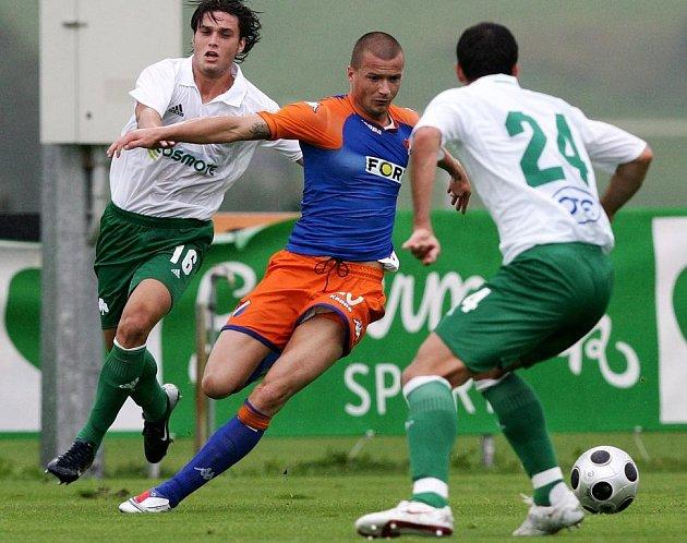 Václav Svěrkoš v souboji s hráči Panathinaikosu