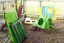 Vandalové poškodili zařízení dětského centra.