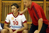 Trenér Zdeněk Šmejkal dává v extraligových zápasech šanci i dvacetiletému nahrávači Jiřímu Chochlíkovi, který tak získává cenné zkušenosti .
