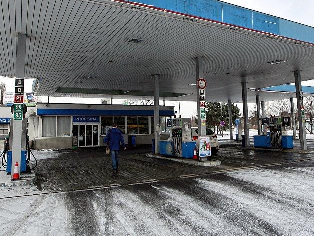 Lupiči byli zadrženi v noci na čtvrtek po přepadení této čerpací stanice v Plzeňské ulici v Ostravě.