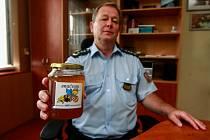 Ředitel Věznice Heřmanice Petr Kadlec představuje med Bručoun.