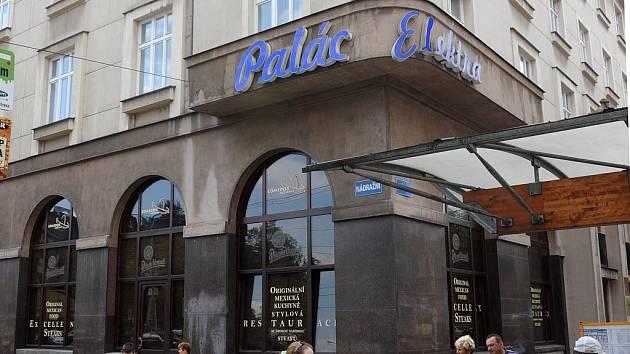 NÁVRAT KAVÁRNY. Do Paláce Elektra v Nádražní ulici v centru Ostravy by se měla vrátit kavárna, která zde byla už v dobách první republiky. Spolu s ní vystřídá mexickou restauraci pobočka J&T Banky.