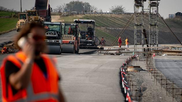 Dostavba čtyřsetmetrového úseku klíčové komunikace v Ostravě, Prodloužené Rudné. Snímek z 25. října 2019, měsíc po po předání staveniště.