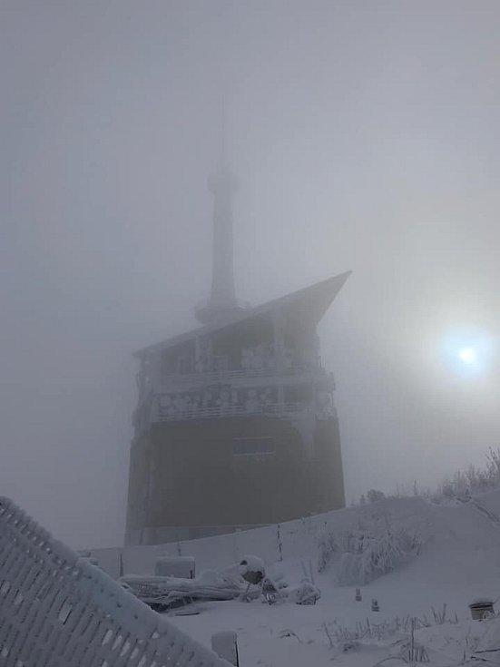 Vysílač na Lysé hoře v oparu pohledem Ireny Magotové.