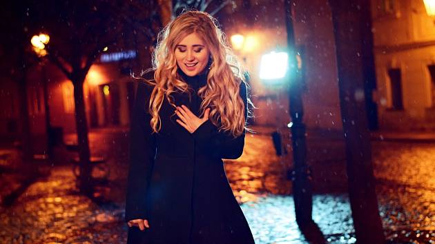 Zpěvačka Elis Mraz letos v květnu vydala píseň Milován, která poukazuje na problematiku osamělých seniorů v České republice.