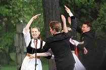 Folklorní přehlídka Máj nad Olzou v Karviné. V lázeňském parku v Darkově se představily smíšené pěvecké sbory, soubor písní a tanců Blędowice a soubor Sląsk z Polska.