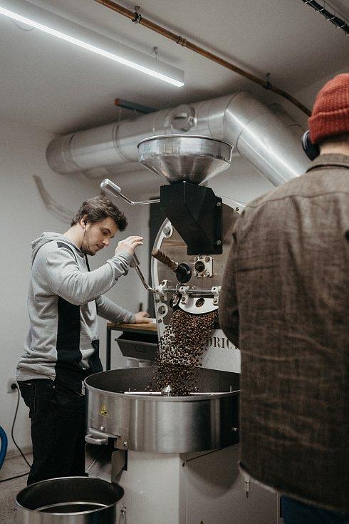 Pražení kávy ve Father's.