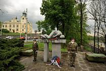 Pietní akt, vzpomínka na osvoboditele Ostravy u památníku Miloše Sýkory.