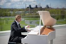 Ivo Kahánek – absolvent ostravské Janáčkovy konzervatoře – je špičkovým klavíristou a držitelem mnoha domácích i mezinárodních ocenění.