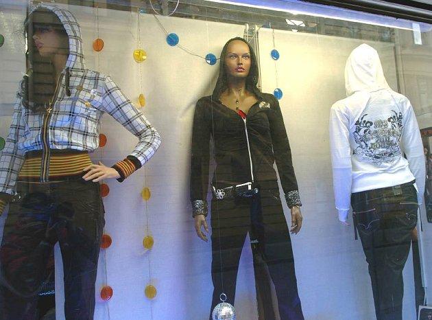 Pohled do výkladní skříně ostravského obchodu Mladá móda na Mlýnské ulici