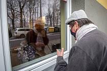Telefonní kukátko, způsob, jakým se mohou vidět a slyšet klienti Domova Iris se svými návštěvami, 3. prosince 2020 v Ostravě.