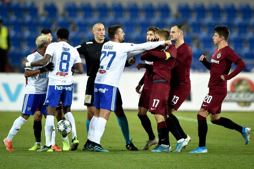 Utkání 20. kola první fotbalové ligy: Baník Ostrava - Sparta Praha, 14. prosince 2019 v Ostravě. Na snímku (střed) Milan Baroš a Martin Frýdek.