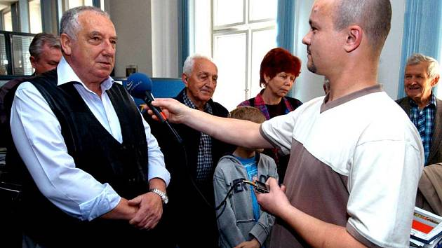 Redaktor Martin Knitl ukázal návštěvníkům, jak se vysílá na živo.