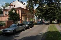 DOBRÁ ADRESA. Pro Sadovou ulici jsou kromě krásného výhledu do Komenského sadů typické - až na výjimky -rekonstruované honosné vily a před nimi zaparkovaná drahá auta. Prostě dobrá adresa...