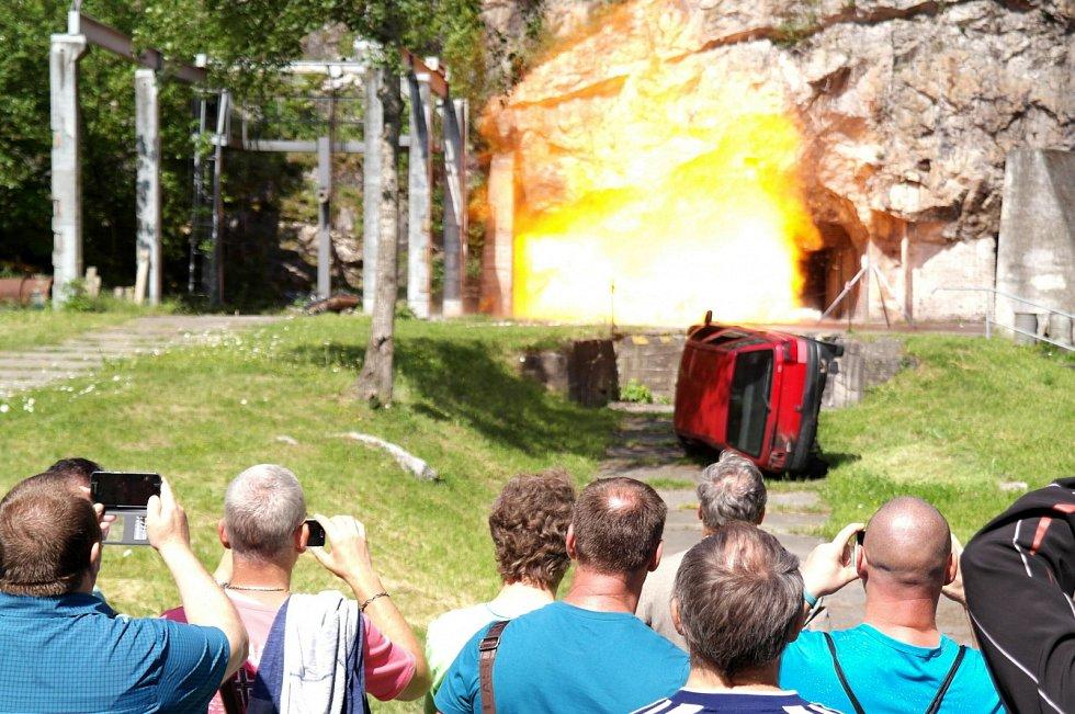 """9% metanu odpáleného ve cvičné štole udělalo největší dojem na horníky a hasiče, kteří se ve Štramberku účastnili bezpečnostního """"emočního"""" školení."""