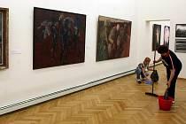 Z výstavy Přírustky 2001–2010 v ostravském Domě umění, před vernisáží.