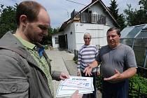 Redaktor Deníku ve čtvrtek na zahradě domu číslo 147 předal manželům Burianovým ze Žabníku poukázky v celkové hodnotě deset tisíc korun na odběr barev a dalšího zboží od společnosti DETECHA.