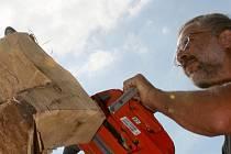 První ročník novobělského sochařského sympozia má název Koncert pro hudbu a dřevo.