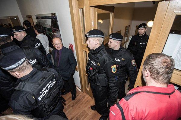 Před začátkem zasedání zastupitelů městského obvodu Ostrava-Jih bylo vbudově radnice pořádně dusno.