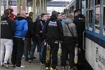 Odjezd fanoušků Baníku ze svinovského nádraží v Ostravě na páteční zápas se Sigmou.