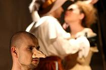 Tomáš Dastlík (vlevo) ztvární v ostravském Divadle Petra Bezruče Cyrana de Bergerac.