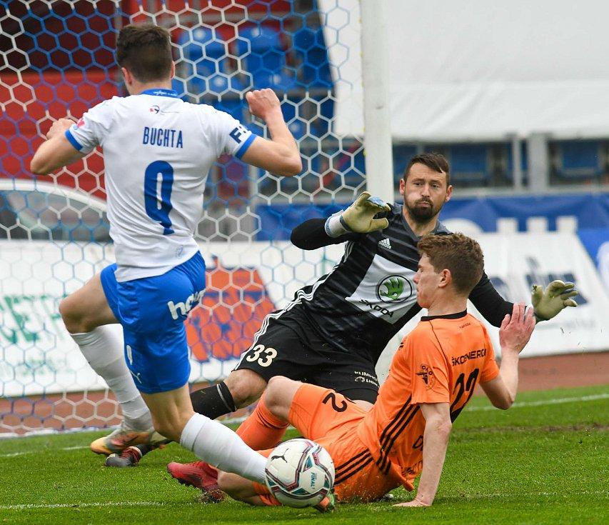 Fotbalisté Baníku Ostrava (v modro-bílém) v duelu 28. kola FORTUNA:LIGY s Mladou Boleslaví (2:1). David Buchta se snaží zakončit.