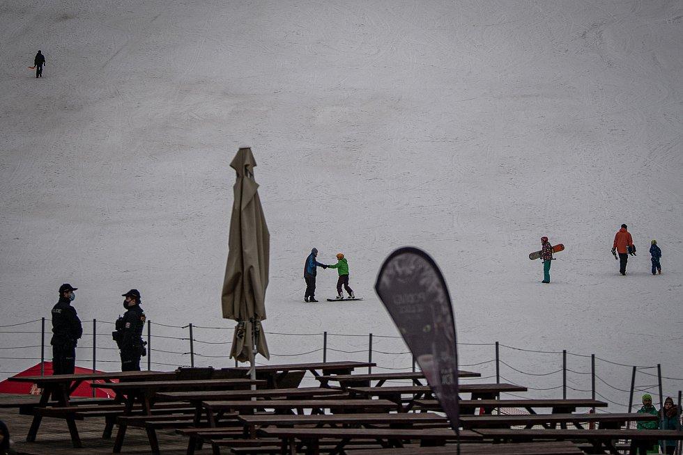 Policie ČR monitoruje dodržování vládních opatření ve ski areálu Vaňkův kopec, 5. února 2021 v Horní Lhotě.