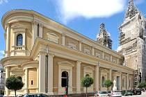 Katedrála Božského Spasitele v Ostravě se svléká z lešení a sítí.