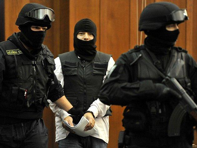 Členové ozbrojené eskorty přivážející Radka Nováka na několik minut zastavili provoz v okolí ostravského justičního paláce.