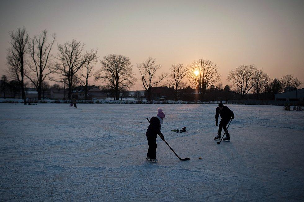 Bruslení na zamrzlém rybníku v Porubě 1. března 2018 v Ostravě.