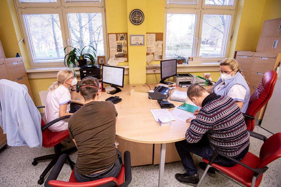Ve Fakultní nemocnici Ostrava naočkovali lékaře i potřebný zdravotnický personál.