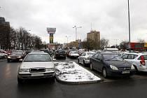 Kapacita parkoviště u Nákupního centra Karolína přes všední dny nestačí. Svá auta tam totiž parkují lidé, kteří do centra Ostravy pokračují městskou hromadnou dopravu, a nebo ti, kteří mají vyřizování na katastrálním úřadě.