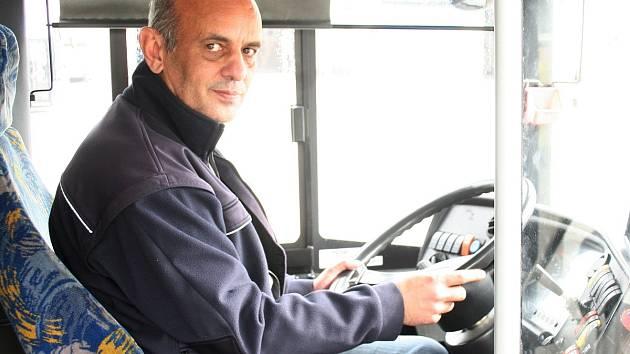 Ludvík Polakovič v autobusovém depu DPO v Porubě, odkud od října vyrážel v jako řidič v zácviku vozit své první pasažéry.
