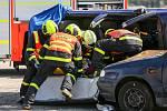 Dynamická ukázka HZS MSK na nedělních dnech NATO. Čtyřčlenné družstvo ve složení velitel, zdravotník a dva hasiči předvedli divákům zásah u dopravní nehody dvou osobních automobilů, v jednom z nich zůstala zaklíněná osoba.