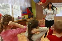 Dentální hygienistka Andrea Pěgřimočová předvádí dětem, jak si mají správně čistit zoubky.