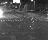 Policisté pátrají po vozidle, z něhož podezřelý muž vystoupil (zachycené různými kamerami na různých místech Ostravy).