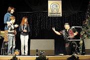 Děti z ústavů sociální péče strávily pondělní dopoledne ve společnosti známých herců Bolka Polívky a Pavla Lišky. Program plný písniček a zábavy pro ně už tradičně připravilo v Domě kultury Akord v Zábřehu občanské sdružení Podkova.