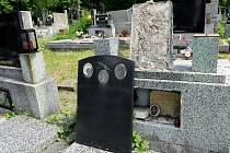 Hroby po řádění vandalů na hřbitově ve Slezské Ostravě.