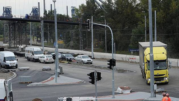 Otevření Karoliny ovlivní dopravu v centru města. Rozšíří se i městská hromadná doprava. Přivede se tam další linka trolejbusů a přibude i nová tramvajová zastávka u finančního úřadu v ulici 28. října.