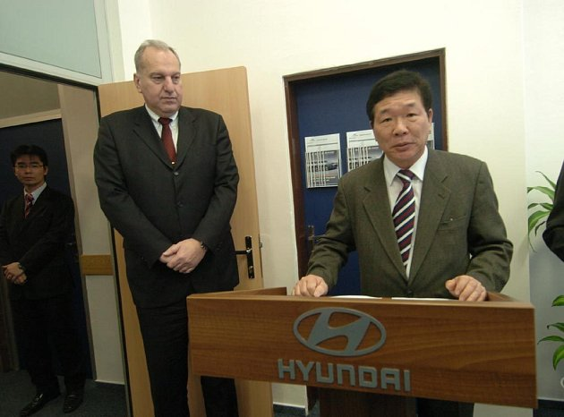 Slavnostního zahájení provozu náborového centra se zúčastnili hejtman kraje Evžen Tošenovský a nejvyšší šéf společnosti Hyundai Motoro Manufacturing Czech Kim Eok-Jo