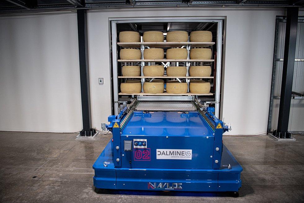 Robotizovaný sklad sklad sýrů společnosti Gran Moravia, 12. srpna 2021 v Cogollo del Cengio v provincii Vicenza, Benátsko, Itálie. Autonomní vozítko vyložilo várků bochníků, ty následně putují do skladů.