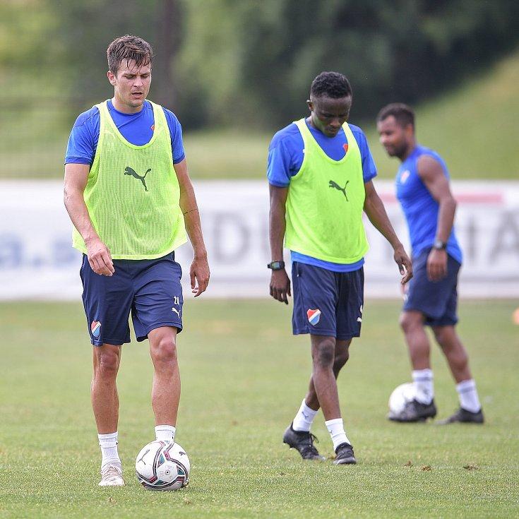 První trénink fotbalového týmu FC Baník Ostrava, 21. června 2021 v Kroměříži. Na snímku zleva Jakub Pokorný, Yira Sor a Dyjan Carlos de Azevedo.