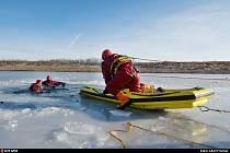 Cvičení hasičů na ledě.