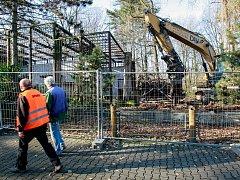 Demolice výběhu pro tygry v ostravské zoo.
