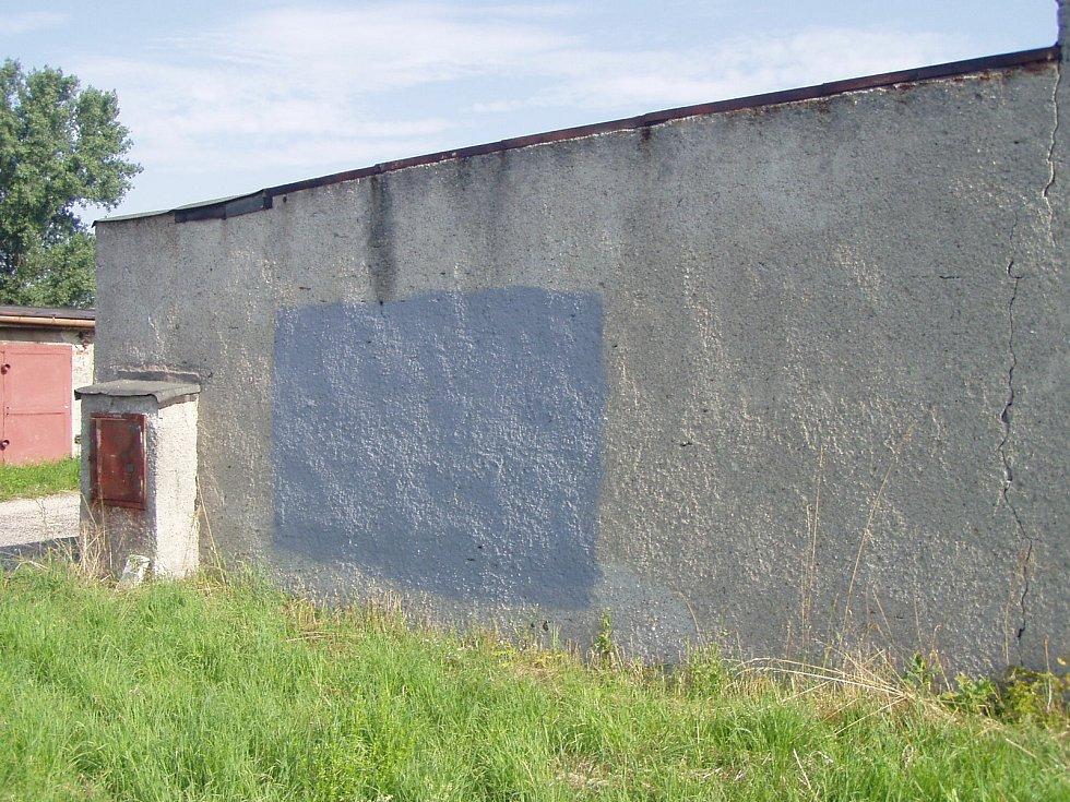 Díru v boční zdi, kudy se dovnitř dostali zloději, bylo nutné zazdít